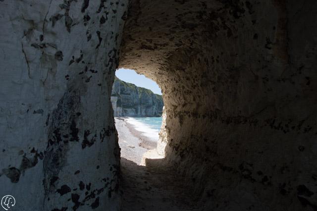 trou dans la falaise : vue sur la plage d'Antifer