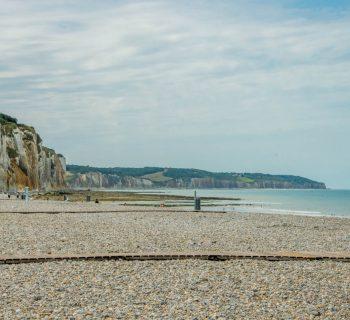 La plage de galets et les falaises de Dieppe