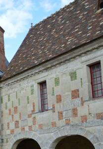 Façade pierres et briques vernissées du Pré en Auge