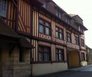 centre hospitalier, façade à pans de bois