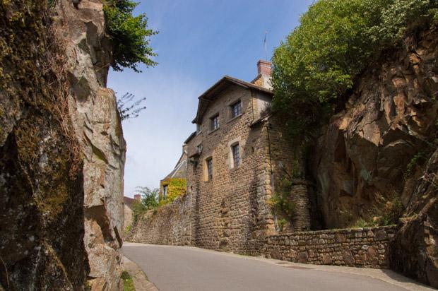 Roche dans le village de Saint-Céneri-le-Gérei