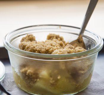 Mon traiteur Bio : Crumble Pommes Kiwis ©Leslie LEFEBVRE