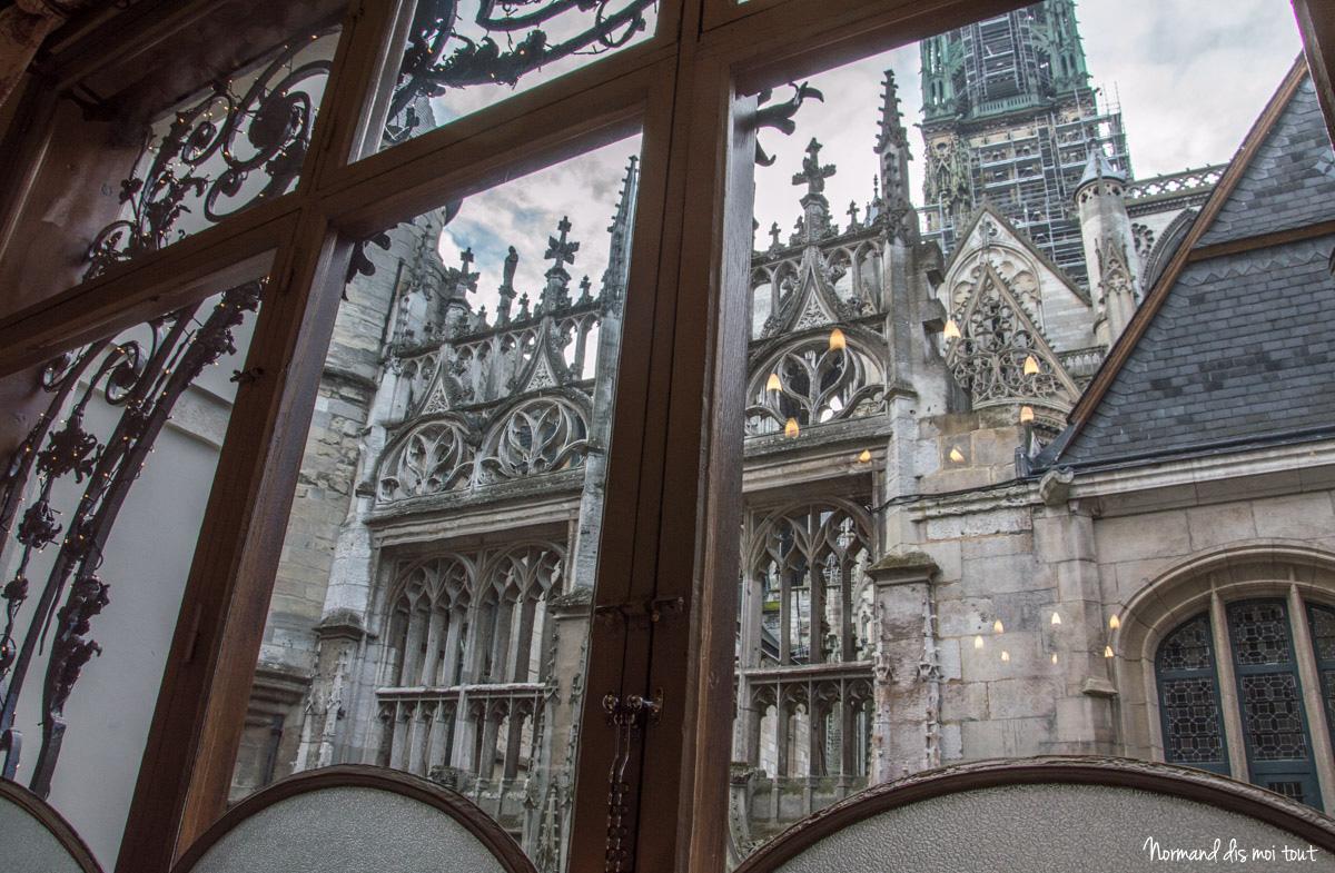 Vue sur la cathédrale au premier étage