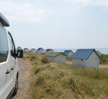 Van près des cabanes de Gouville-sur-Mer