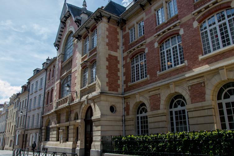 Belle façade d'un collège de Caen