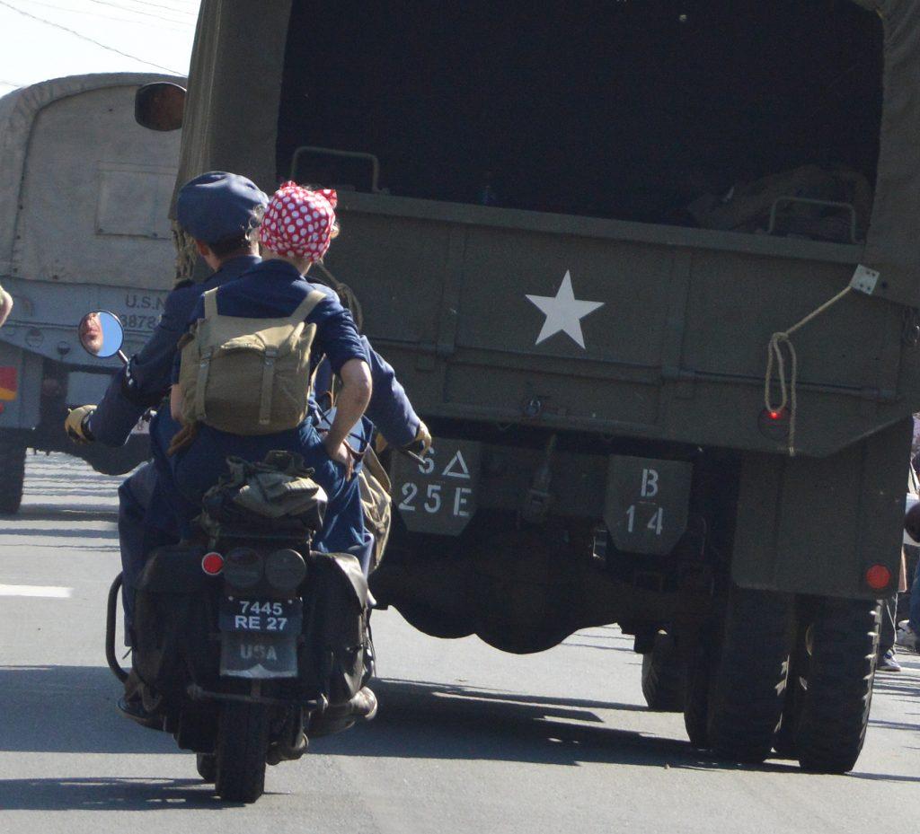 Défilé de véhicules anciens lors des commémorations en Normandie