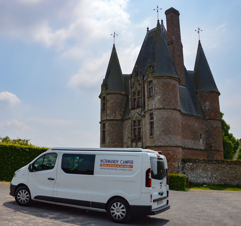 Notre van devant le château de Carrouges en Normandie