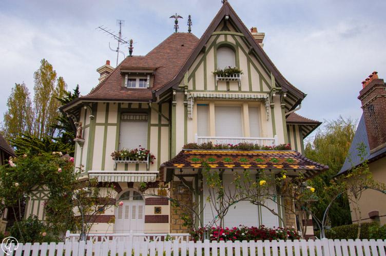 Villa Saint Aubin de Houlgate (à noter : une petite statue de Saint Aubin sur le côté gauche de la maison)