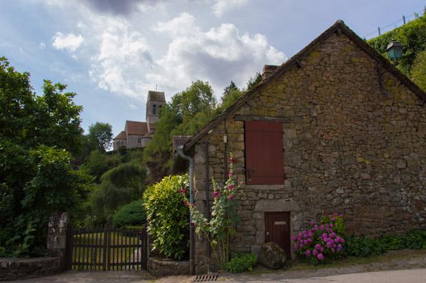 Maison en pierre de Saint-Céneri-le-Gérei, vue sur l'Eglise